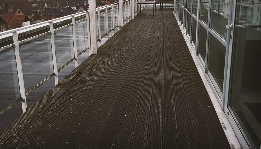 rens af træterasse i Aarhus